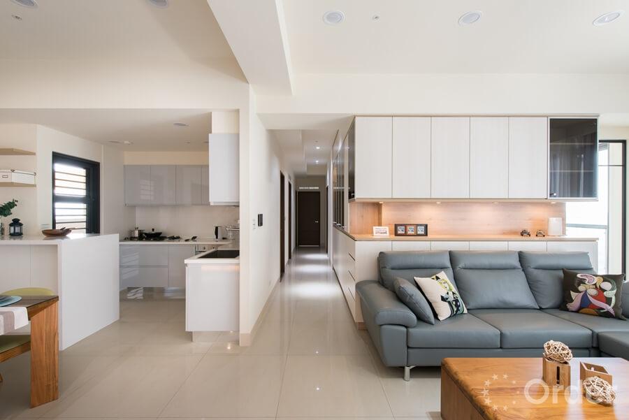 餐廳裝潢廚房做為半開放式空間依然擁有視覺上的寬敞感受,並能減緩油煙的飄散。