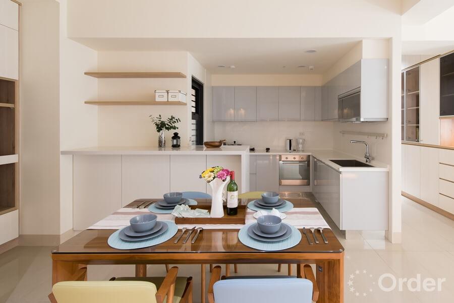 餐廳裝潢設計師將餐廳搭配木質溫潤的優渥實木餐桌、餐椅,為居家配置中增添沈穩氣息。