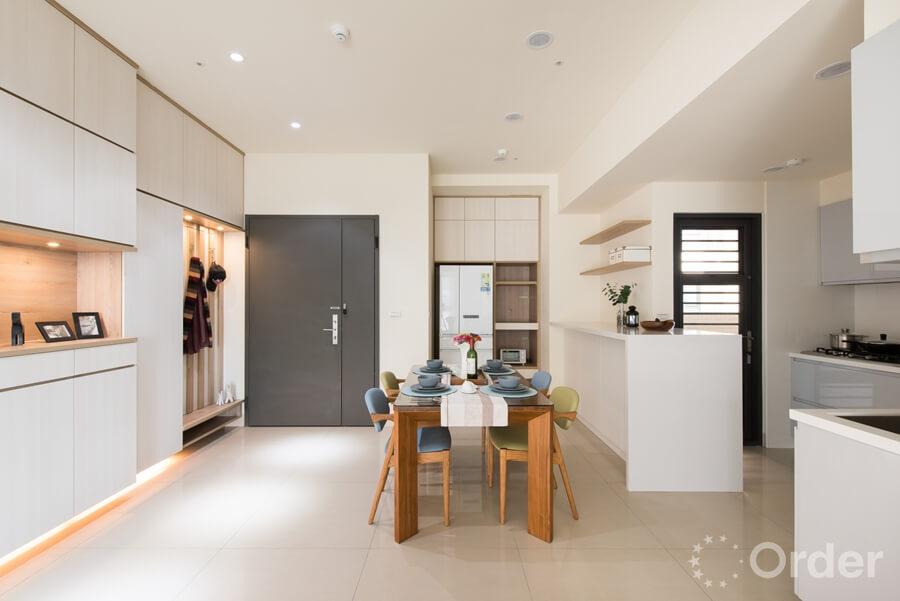 玄關裝潢系統櫃中島連接廚房與餐廳區,一邊烹飪時也能感受家庭歡聚的時刻,凝聚家人間的歸屬感。
