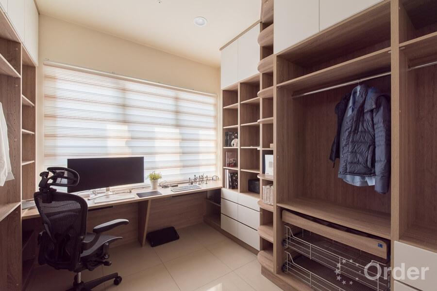 書房裝潢更衣室以木質系統櫃打造,至天花板的櫃軆設計讓收納量倍增,並結合書房功能,成為屋主的放鬆小空間。