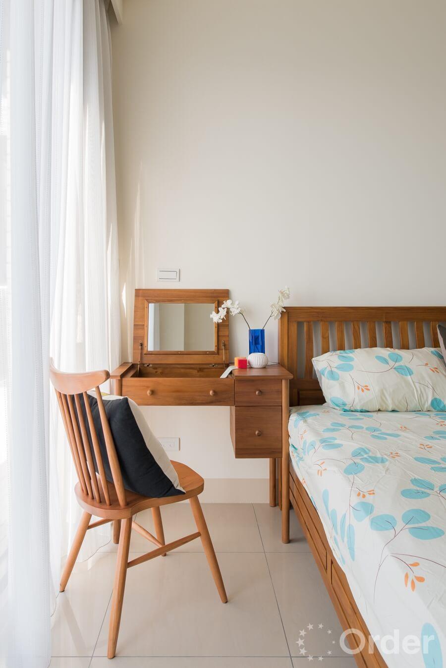 主臥房結合線條簡約帶有復古設計的優渥實木家具,演繹樸實無華的舒適氛圍。