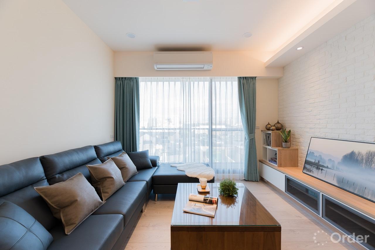 北歐風客廳室內設計實木家具搭配系統櫃與現代沙發