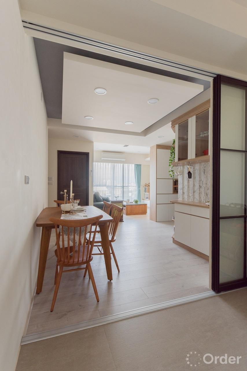 實木餐桌椅玻璃拉門隔出廚房與餐廳設計隔絕油煙