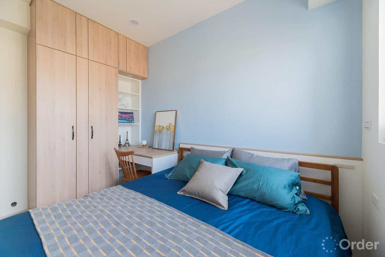 臥室跳色牆搭配系統櫃衣櫃讓衣物收納很簡單