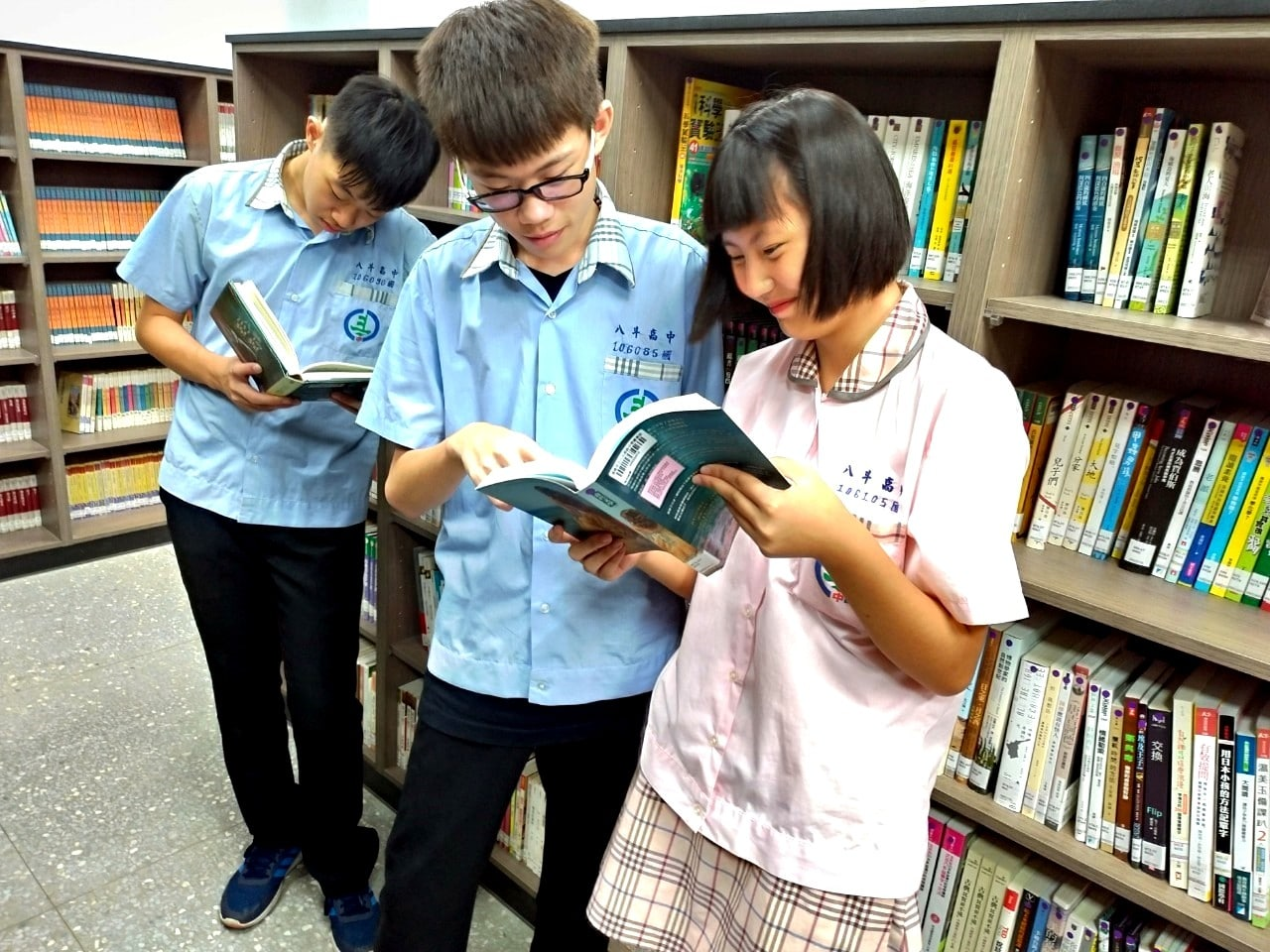 八斗高中學生們沈浸在歐德集團以環保健康綠建材打造的「幸福圖書館」,快樂閱讀。